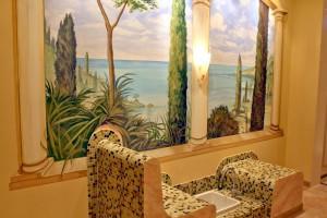 Wärmebank mit Wandmalerei